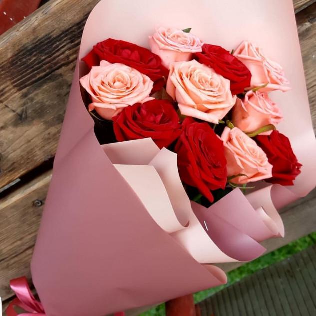 Букет из 11 роз в красивой упаковке.