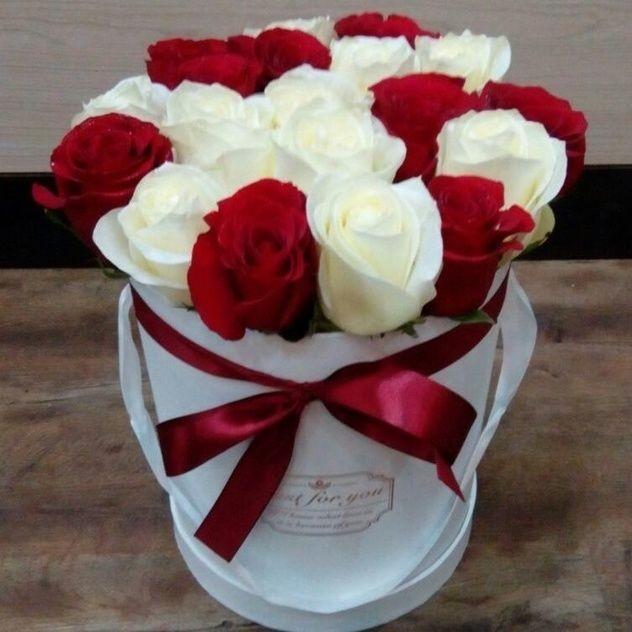 Яркая коробка с нежными красными и белыми розами