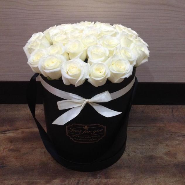Коробочка белых роз